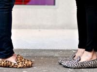 Slippers modelo confortável que surgiu a partir da moda masculina e de pantufas de dormir. Os modelos que estão em evidencia são os modelos de oncinha, tachinhas e glitter. (Imagem meramente ilustrativa)
