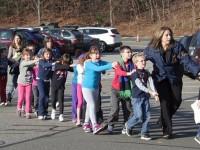 Crianças sendo retiradas de massacre Connecticut (EUA)