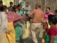 politico-indiano-e-atacado-por-mulheres-apos-suposto-estupro44281010ef5987757cc31d4e2ac41a4e